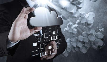 사업가 손을 컨셉으로 새로운 컴퓨터 인터페이스에 클라우드 컴퓨팅 다이어그램 작업