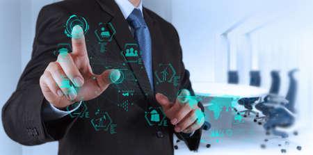 ingeniero: ingeniero trabaja diagrama de la industria en la interfaz de ordenador virtual