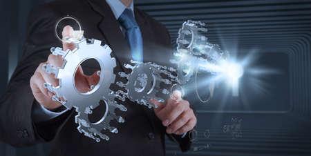 実業家の手の成功の概念にギアを描画します