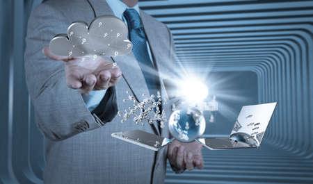 Empres�rio m�o trabalhando com um diagrama de Cloud Computing na nova interface do computador como conceito