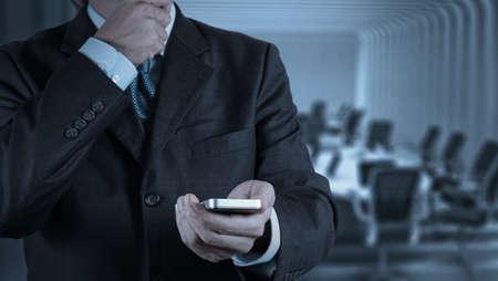 개념으로 사업가 손을 사용하는 스마트 폰 컴퓨터 스톡 콘텐츠
