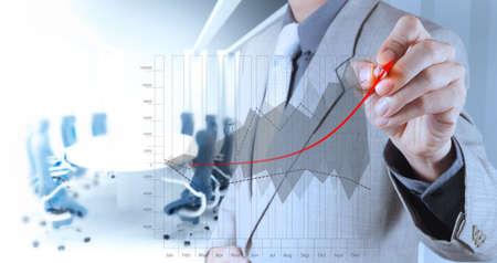 사업가 손을 가상 화면에 비즈니스 성공 차트 개념을 그립니다