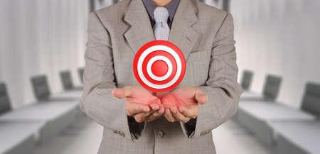 empres�rio lado mostra o s�mbolo do alvo, como conceito de neg�cio Banco de Imagens