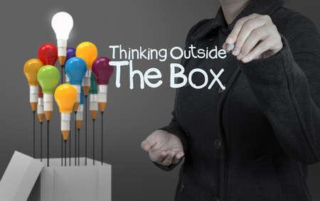 out think: mano de la empresaria dibuja el pensamiento fuera de la caja palabra como concepto Foto de archivo