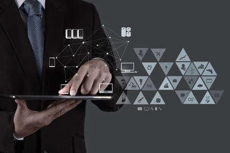 công nghệ: doanh nhân làm việc với chương trình máy tính hiện đại với cấu trúc mạng xã hội mới