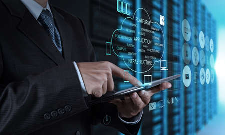 Main homme d'affaires utilisant l'ordinateur tablette et salle de serveur d'arri?re-plan Banque d'images - 20644021