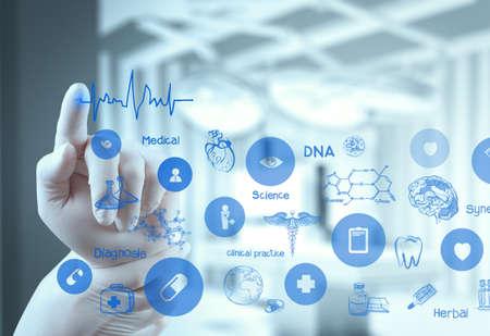 Main docteur en médecine travaillant avec interface informatique moderne comme concept médical