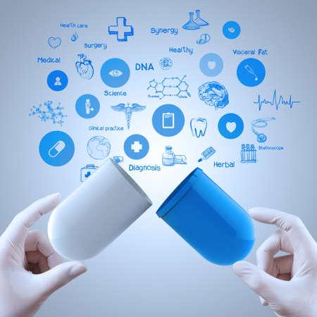 Geneeskunde arts handen die capsule geneeskunde als medisch begrip Stockfoto