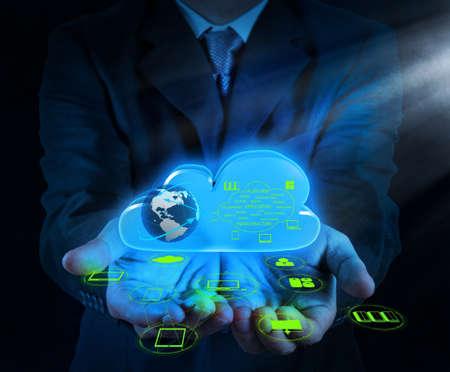 Empres�rio m�o de trabalhar com um diagrama de Cloud Computing na nova interface do computador como conceito