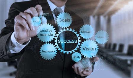 ビジネスマン手仮想画面にビジネス成功チャート概念を描画します。
