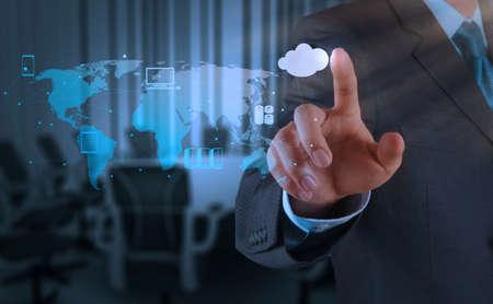 하부 구조: 사업가 손을 컨셉으로 새로운 컴퓨터 인터페이스에 클라우드 컴퓨팅 다이어그램 작업