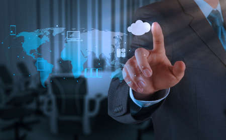infraestructura: Mano de negocios que trabaja con un diagrama de Cloud Computing en la interfaz de la computadora como nuevo concepto