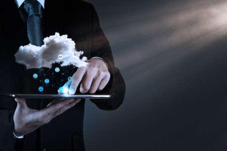 wolken: Geschäftsmann Hand die Arbeit mit einem Cloud Computing-Diagramm auf dem neuen Computer-Schnittstelle als Konzept