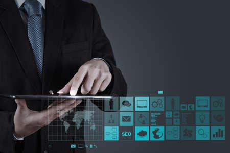 tecnología: la mano de negocios que trabaja con www escrito en la barra de búsqueda en la interfaz de la computadora moderna