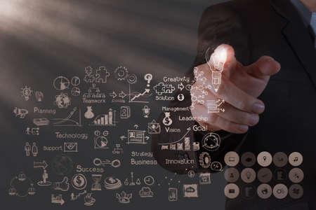 commerciali: mano d'affari di lavoro con il nuovo computer moderno e la strategia di business come concetto