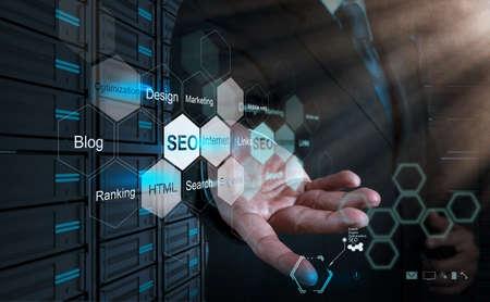 Main d'affaires montrant moteur de recherche d'optimisation SEO en tant que concept Banque d'images - 21270949
