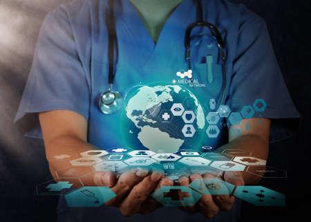 医療ネットワーク概念として手に地球儀を持った医師
