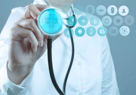 ヘルスケア: 聴診器と社会的人間のサインと医師の手 写真素材
