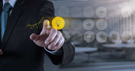 strategie: Gesch?ftsmann Hand arbeiten mit neuen, modernen Computer-und Business-Strategie als Konzept