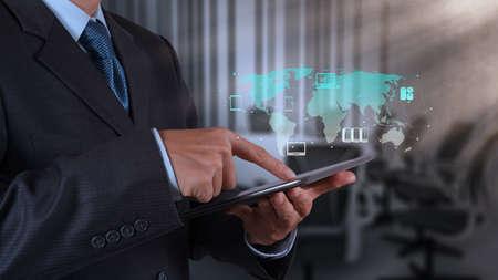 태블릿 컴퓨터 및 보드 공간 배경을 사용하여 사업가 손