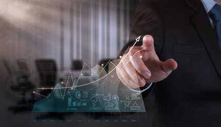 analyse: main homme d'affaires travaillant avec un ordinateur moderne, neuf et strat?gie de l'entreprise en tant que concept
