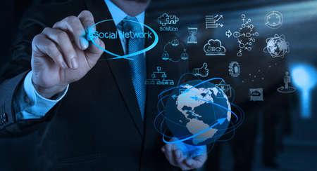 sozialarbeit: Gesch?smann arbeitet mit neuen, modernen Computer-Show soziale Netzwerk-Struktur