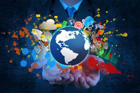 holding globe: uomo d'affari in possesso di un globo di terra incandescente nelle sue mani e nei colori spruzzi come concetto