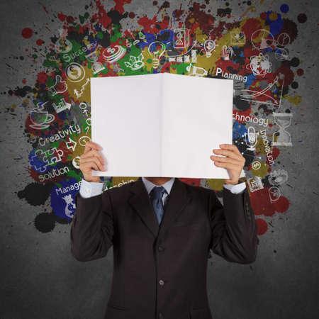 marca libros: mano de empresario espectáculo libro de éxito empresarial y los colores de fondo de bienvenida como concepto