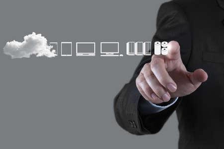 Mano de negocios que trabaja con un diagrama de Cloud Computing en la interfaz de la computadora como nuevo concepto Foto de archivo - 22006299