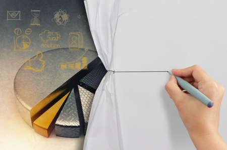 wrinkled paper: bedrijfsleven hand trekt touw geopend gekreukeld papier show business strategie als concept