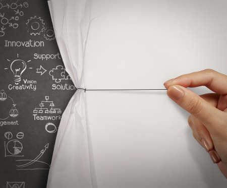 概念としてビジネス手プル ロープ開くしわくちゃの紙のショー ビジネス戦略 写真素材