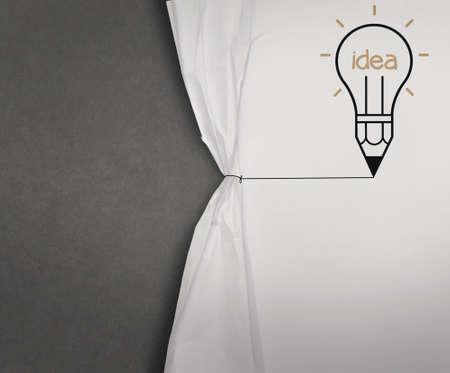 l�pis l�mpada desenhar corda aberta show de papel amassado em branco placa preta como conceito