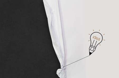 wrinkled paper: potlood gloeilamp gelijkspel touw geopend gekreukeld papier toont leeg bord als concept