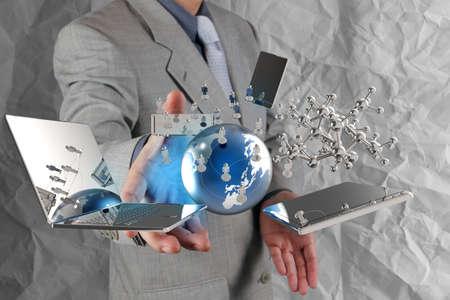 hombre de negocios muestra la tecnología moderna con el fondo de papel arrugado como concepto