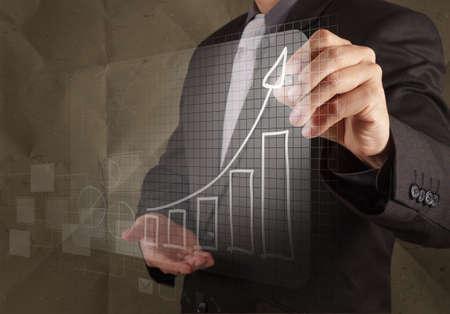 zakenman hand trekt bedrijfsstrategie met verfrommeld recycle papier achtergrond als concept