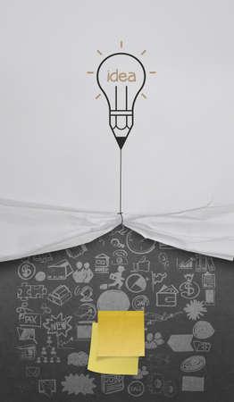 trekken: potlood gloeilamp trekken touw geopend gekreukeld papier tonen blanco notitie en business strategie als concept Stockfoto