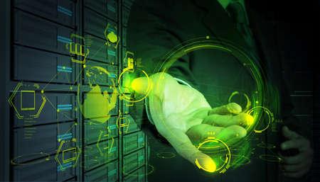 概念としての現代の技術に取り組んでいるビジネスマン
