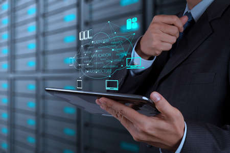 ビジネスマン手概念として新しいコンピューター インターフェイス上クラウド コンピューティングのダイアグラムの操作 写真素材