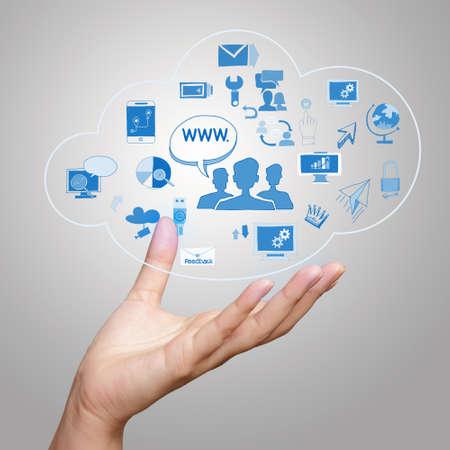 diagrama de flujo: la mano que muestra un diagrama de Cloud Computing en la nueva interfaz de la computadora como concepto Foto de archivo
