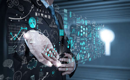 main homme d'affaires travaillant avec un ordinateur moderne, neuf et stratégie de l'entreprise en tant que concept Banque d'images