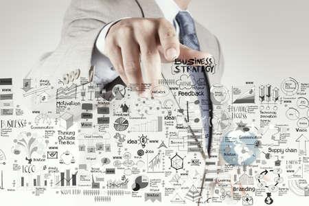 개념으로 비즈니스 전략 및 성공 다이어그램을 가리키는 사업가 손