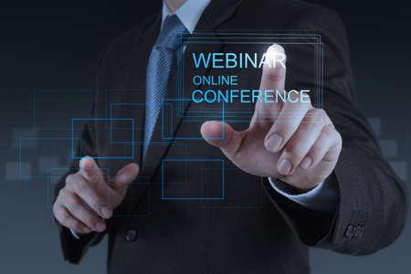 ビジネスマン手概念としてのウェビナーのオンライン会議を示す 写真素材