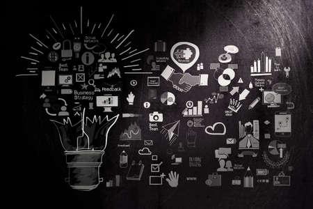 marca libros: mano la estrategia de negocios dibujado en el fondo oscuro de textura como concepto