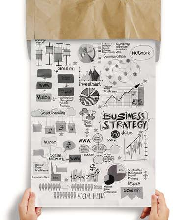 marca libros: de papel a mano con la estrategia de negocio en el sobre arrugado de papel de fondo como concepto Foto de archivo
