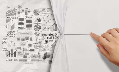 marca libros: cuerda punto de la mano con la estrategia de negocio en el fondo de papel arrugado como concepto Foto de archivo