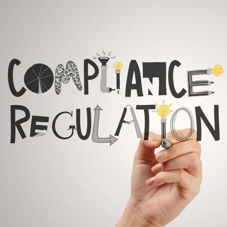 près de la main pointant à designwords conformité de régulation comme concept Banque d'images