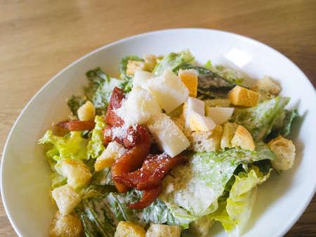 ensalada cesar: ensalada césar coloca encima de una mesa de madera Foto de archivo