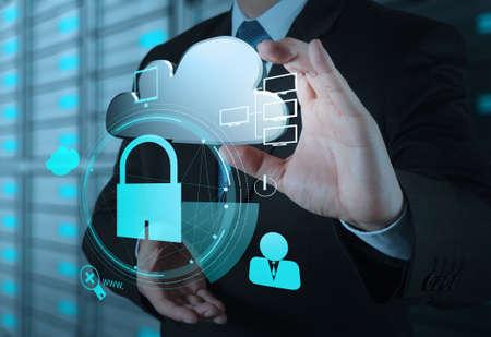 ビジネスマン手インター ネット セキュリティ オンライン ビジネス概念として南京錠と 3 d のクラウド アイコンを表示します。