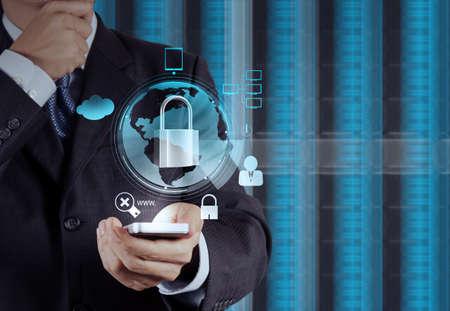 zakenman hand wijst naar hangslot op touch screen computer als internet security online business concept