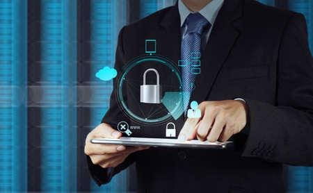 タッチ スクリーン コンピューター インターネット セキュリティ オンライン ビジネス概念としての南京錠を指してビジネスマン手 写真素材